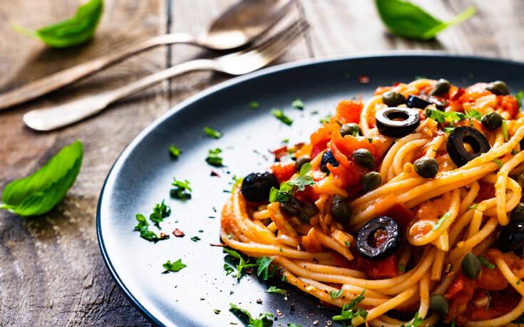 Σπαγγέτι με καυτερή σάλτσα κάπαρη και ελιές