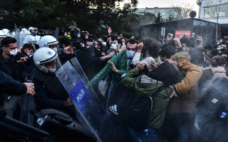 Επιδρομές της Αστυνομίας και δεκαεπτά συλλήψεις στην Τουρκία