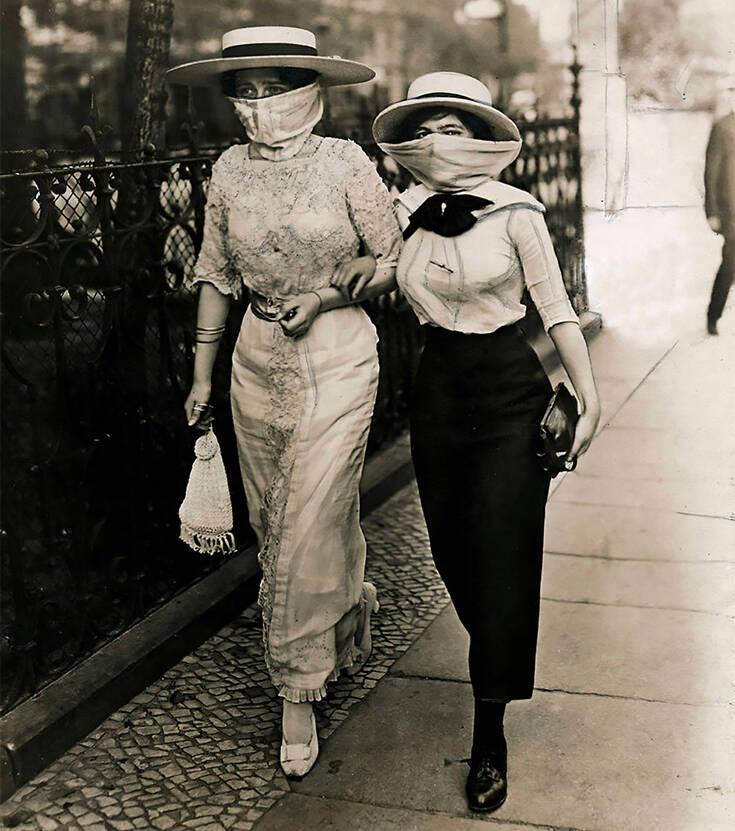 Οι δυο εκδοχές για τη φωτογραφία με τις γυναίκες με τις μάσκες