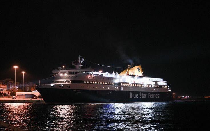 Πανδαισία χρωμάτων στο λιμάνι του Πειραιά για την υποδοχή του νέου έτους