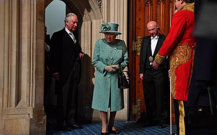 Τα μηνύματα που στέλνει η βασίλισσα Ελισάβετ ανάλογα με τον τρόπο που κρατάει την τσάντα της