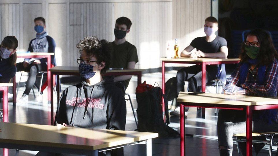 Γαλλία: Απαγορεύτηκαν οι υφασμάτινες μάσκες στα σχολεία –Yποχρεωτικές από σήμερα οι χειρουργικές