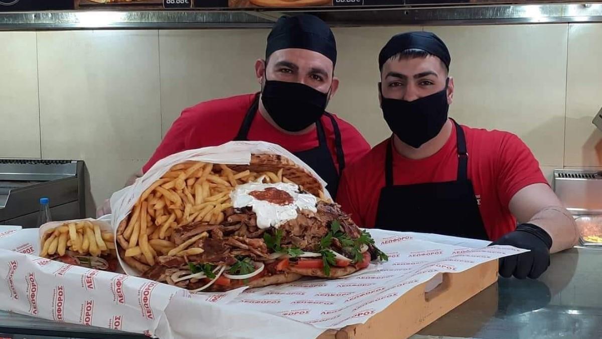 Ψητοπωλείο φτιάχνει πιτόγυρο σε σχήμα ανθοδέσμης για τον  Άγιο Βαλεντίνο