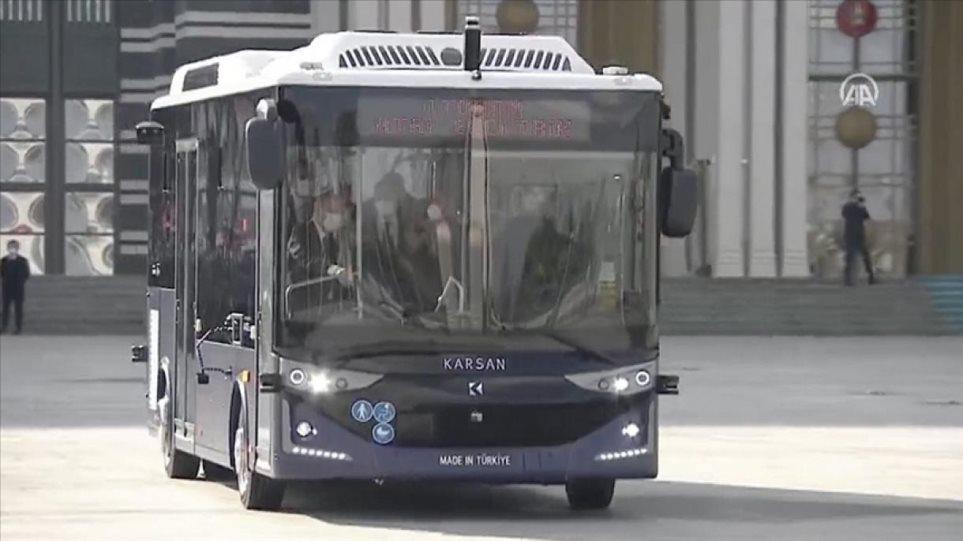 Τουρκία: Το πρώτο αυτόνομο ηλεκτρικό λεωφορείο παρουσίασε ο Ερντογάν – Δείτε βίντεο