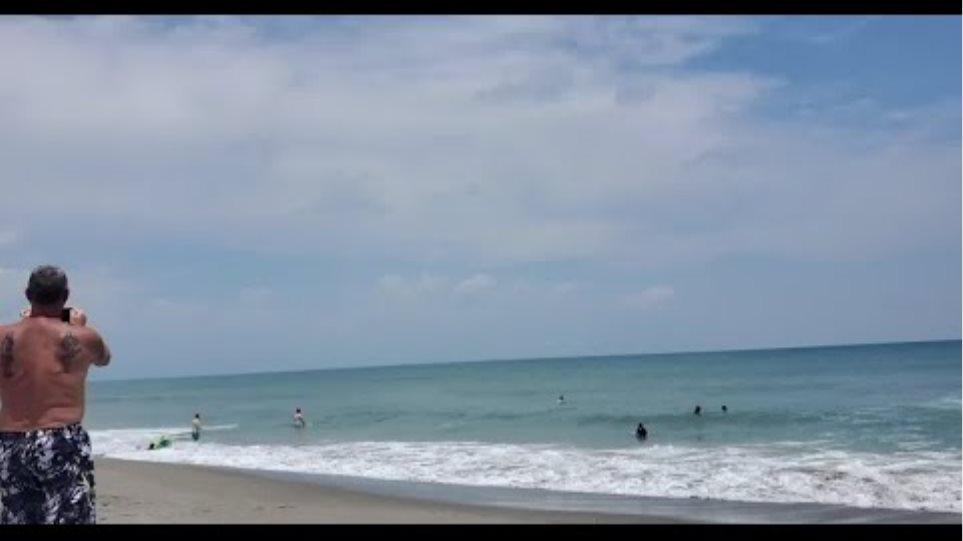 Δείτε βίντεο: Αεροπλάνο προθαλασσώθηκε ανάμεσα σε λουόμενους στη Φλόριντα
