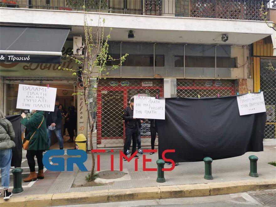 Με κηδειόχαρτα άνοιξαν τα μαγαζιά στην Πάτρα – Στα «κάγκελα» οι έμποροι στη Θεσσαλονίκη