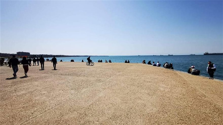 Θεσσαλονίκη: Βγήκαν και σήμερα οι πολίτες να απολαύσουν τον ήλιο – Χαμός από κόσμο στην παραλία