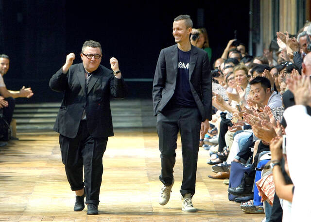 Alber Elbaz: Η κηδεία του σχεδιαστή και το ιδιαίτερο γεγονός στο Παρίσι εις μνήμην του