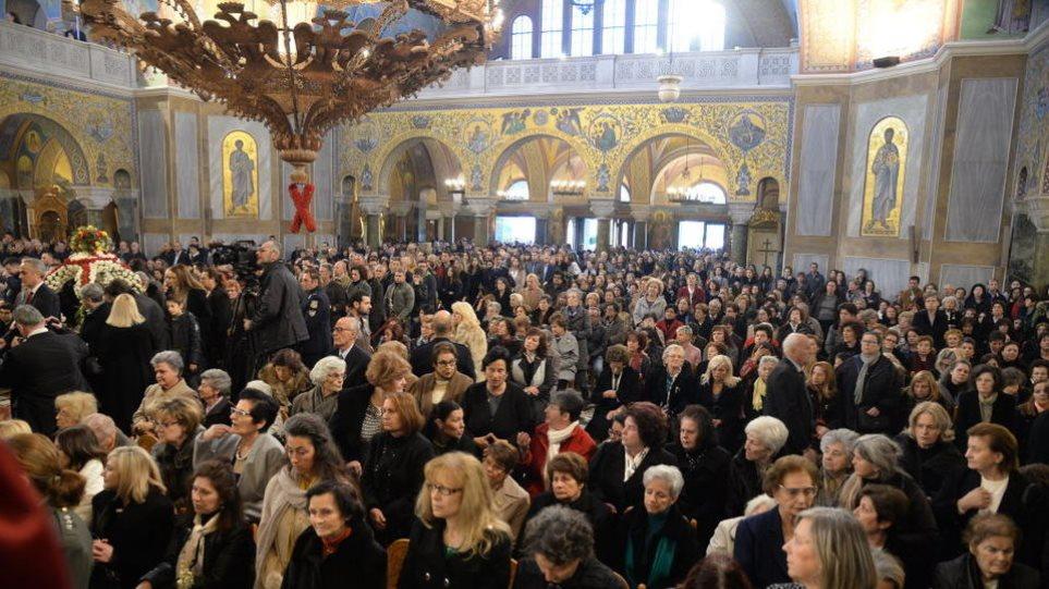 Απίστευτες εικόνες συνωστισμού σε κηδεία αρχιμανδρίτη στον Άγιο Στέφανο