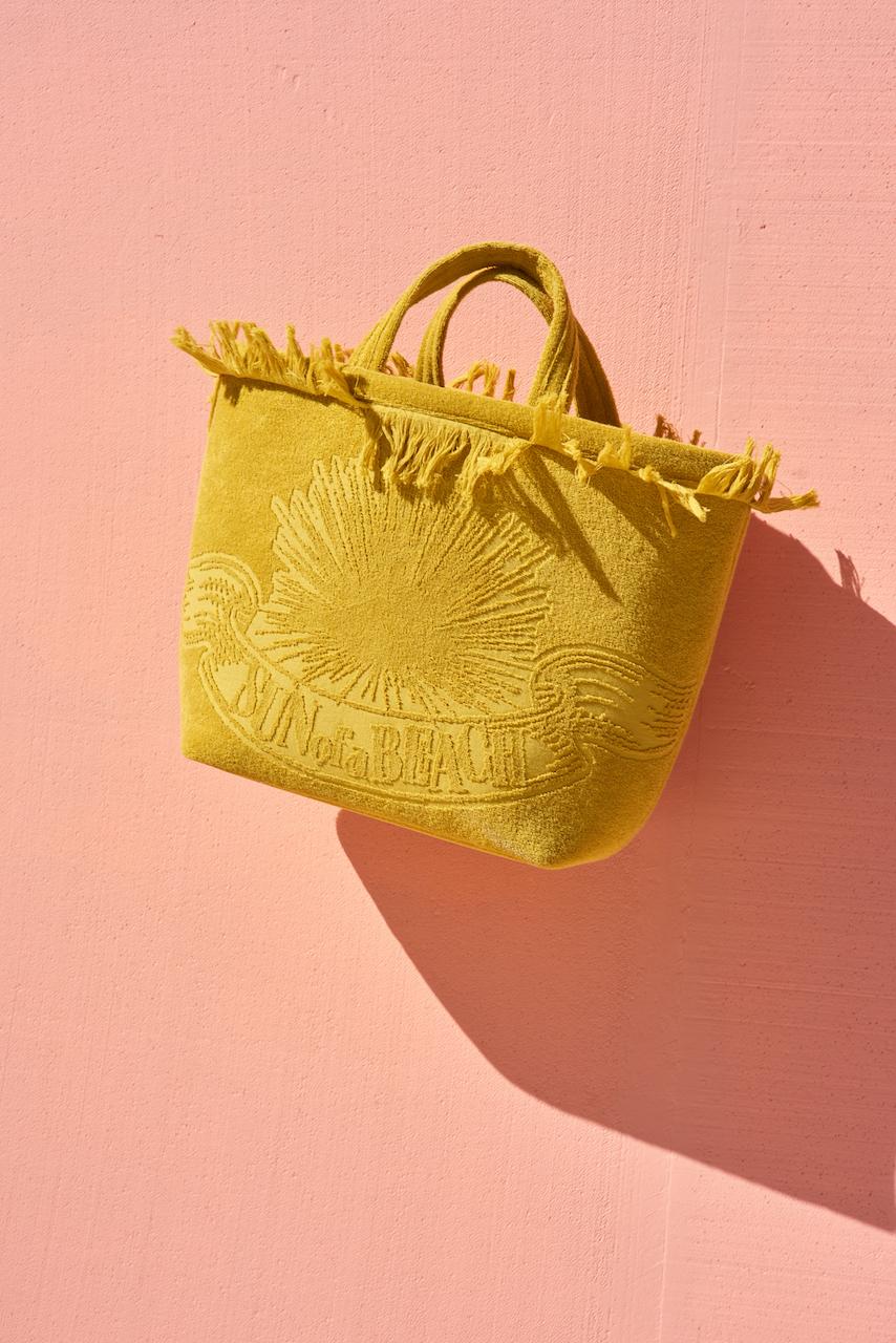 Οι τσάντες από αυτό το «καλοκαιρινό» υλικό είναι must για φέτος