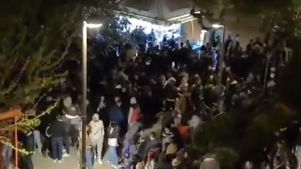 Νέο κορωνοπάρτι με δεκάδες άτομα στην πλατεία Βαρνάβα χωρίς αποστάσεις