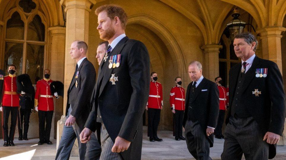 Κηδεία πρίγκιπα Φιλίππου: O Ουίλιαμ ζήτησε «χάρη» από τον ξάδερφό του για να μην είναι δίπλα στον Χάρι