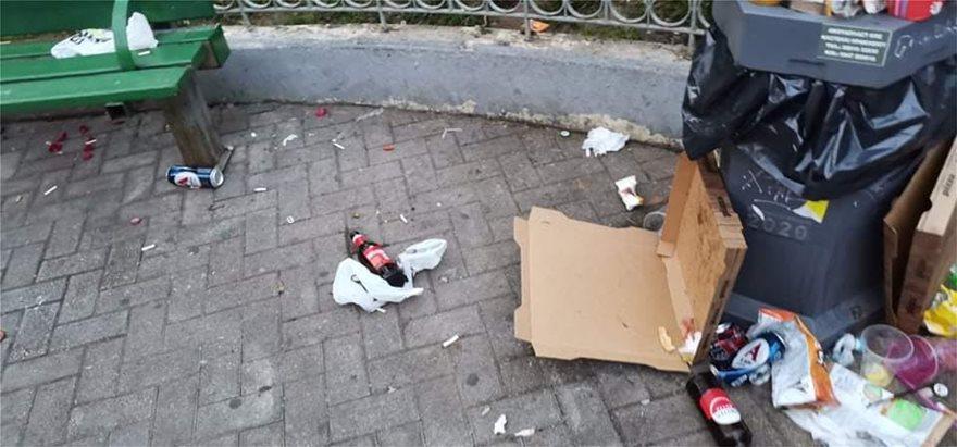 Σκουπιδότοπος η πλατεία Αγίου Γεωργίου μετά το κορωνοπάρτι – Στις 06:00 αποχώρισαν οι τελευταίοι «καλεσμένοι»