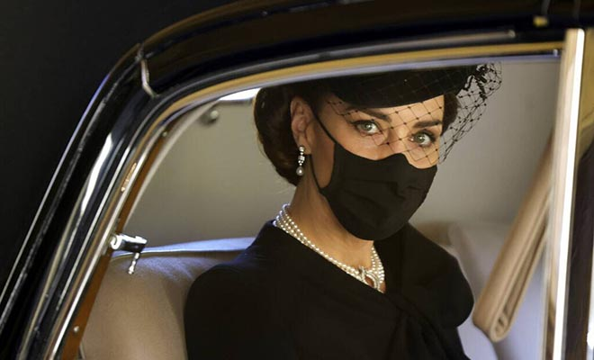 Κηδεία πρίγκιπα Φίλιππου: Επιβλητική η Κέιτ Μίντλετον – Το βασιλικό dress code [Εικόνες]