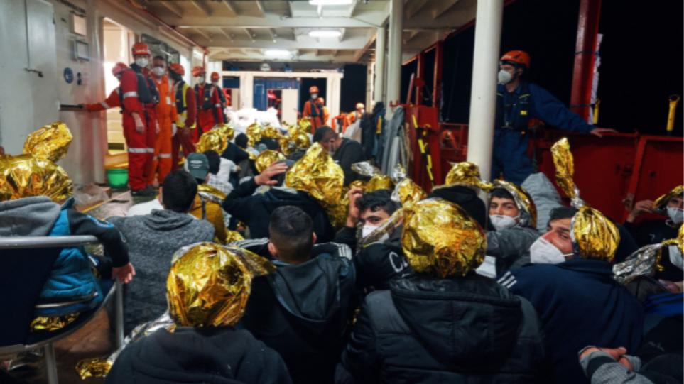 Ιταλία: Το Sea-Eye 4 αναμένει άδεια να αποβιβάσει 415 μετανάστες που διέσωσε στη Σικελία – Δείτε βίντεο