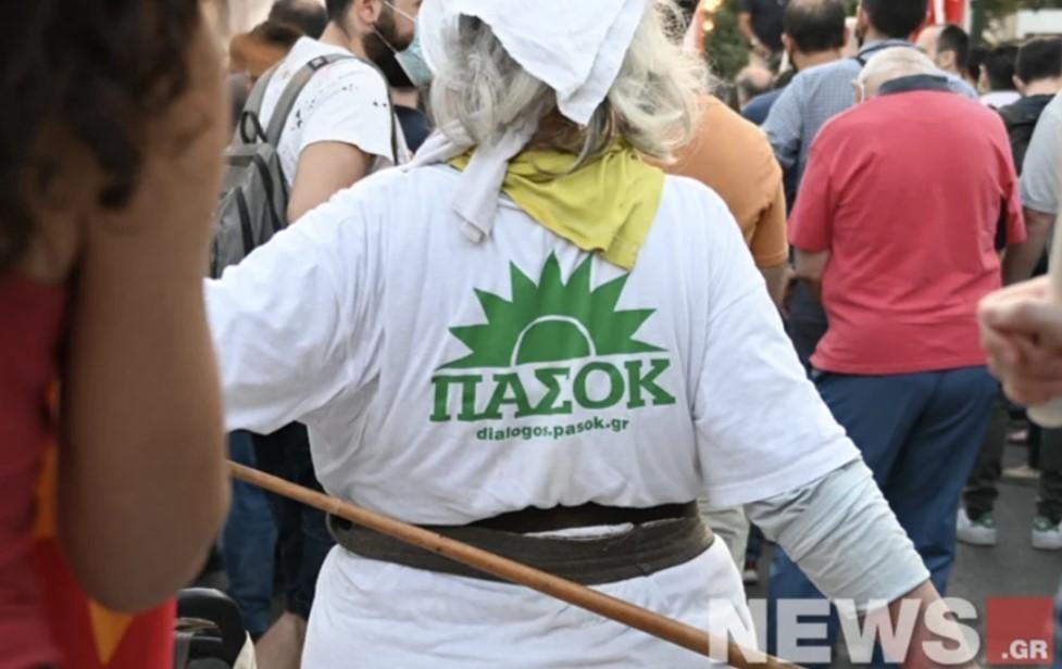 Γιαγιά φόρεσε μπλουζάκι του ΠΑΣΟΚ και πήγε σε συγκέντρωση του ΚΚΕ