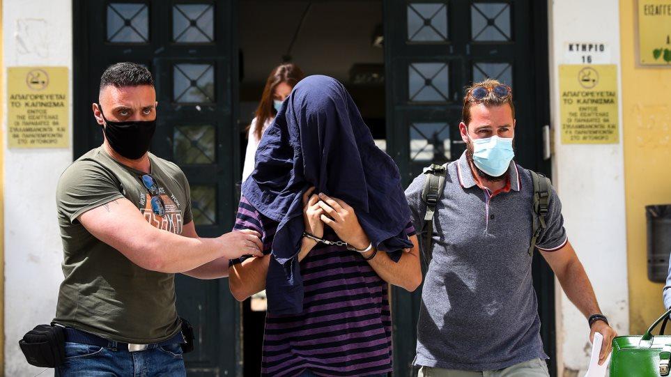 Νέα Σμύρνη: Παραμένει ελεύθερος ο 22χρονος σάτυρος – Αποσύρθηκε η δίκη λόγω των μέτρων για τον κορωνοϊό