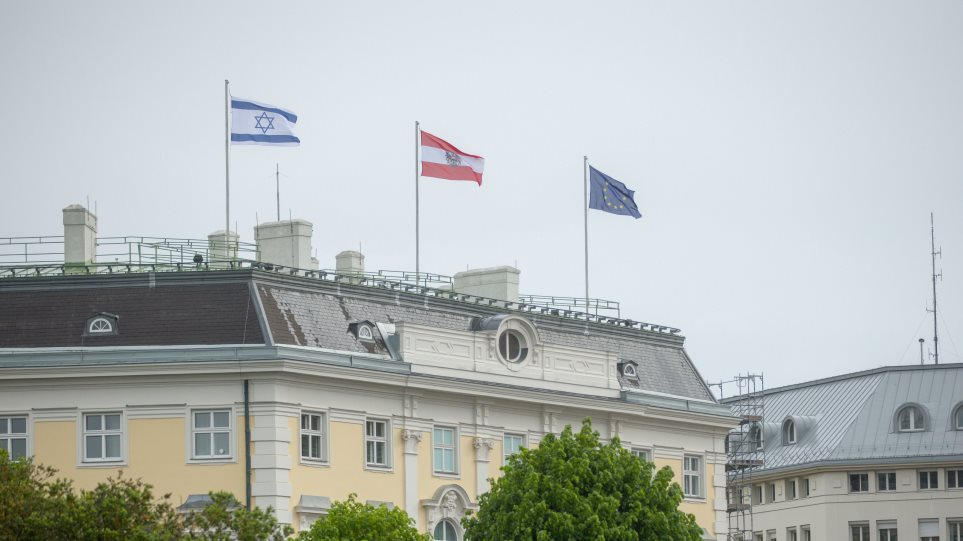 Αυστρία: Σημαία του Ισραήλ ύψωσε στην καγκελαρία ο Σεμπάστιαν Κουρτς