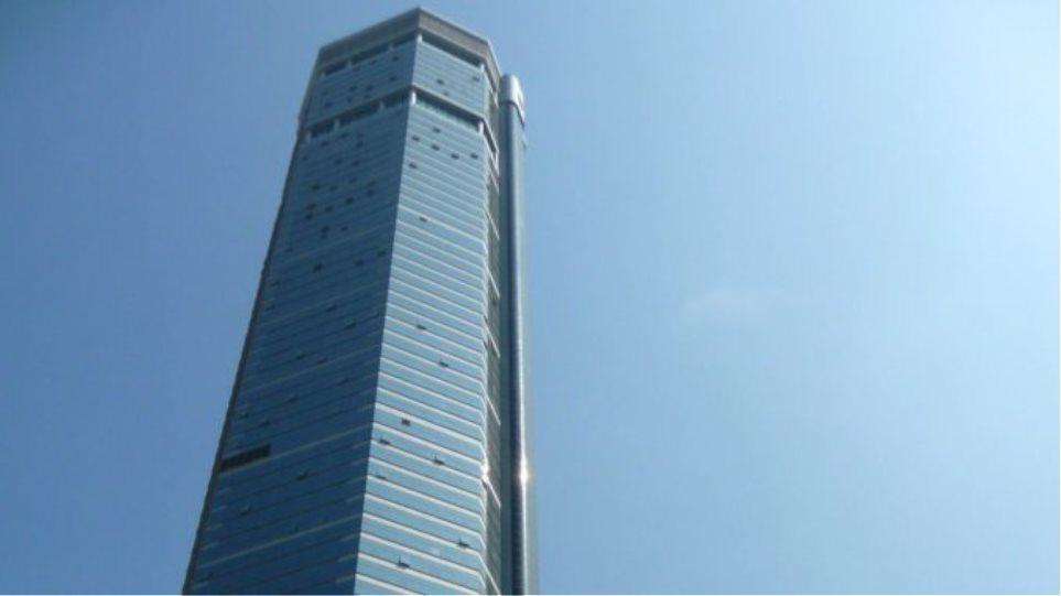 Κίνα: Ουρανοξύστης ύψους 300 μέτρων άρχισε να τρέμει, σκορπώντας πανικό – Δείτε βίντεο