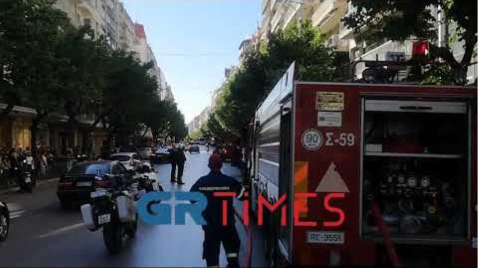 Βίντεο: Φωτιά σε κτίριο στο κέντρο της Θεσσαλονίκης