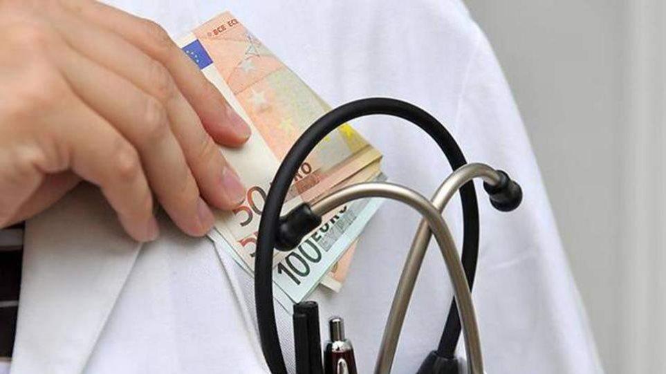 Συνελήφθη γιατρός που ζήτησε από έγκυο «φακελάκι» 500 ευρώ