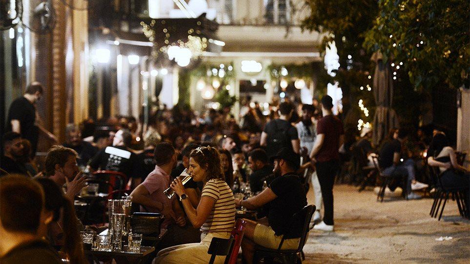 Φωτογραφίες: Κοσμοσυρροή στα μπαρ και τα εστιατόρια του κέντρου της Αθήνας το πρώτο Σαββατόβραδο λειτουργίας της εστίασης