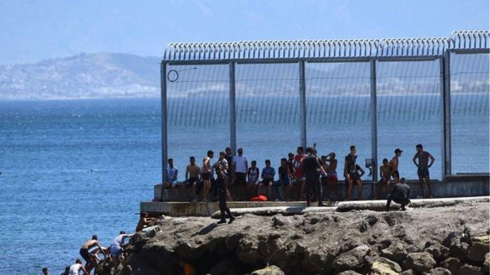 Βίντεο: Πάνω από 2.700 μετανάστες πέρασαν στην ισπανική Θέουτα σε μία ημέρα