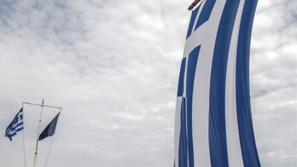 Βίντεο: Η μεγαλύτερη ελληνική σημαία στον κόσμο υψώθηκε στη λίμνη Πλαστήρα