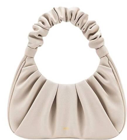 Η Emily Ratajkowski κράτησε την πιο κομψή τσάντα και στοιχίζει μόλις 55 ευρώ