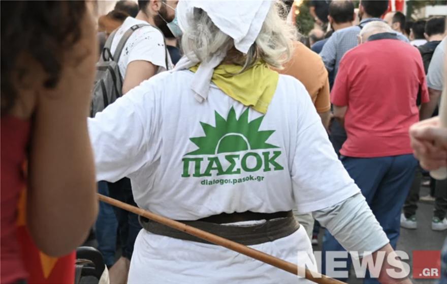 Η γιαγιά που έγραψε… ιστορία στη συγκέντρωση του ΚΚΕ – Εμφανίστηκε με μπλουζάκι ΠΑΣΟΚ