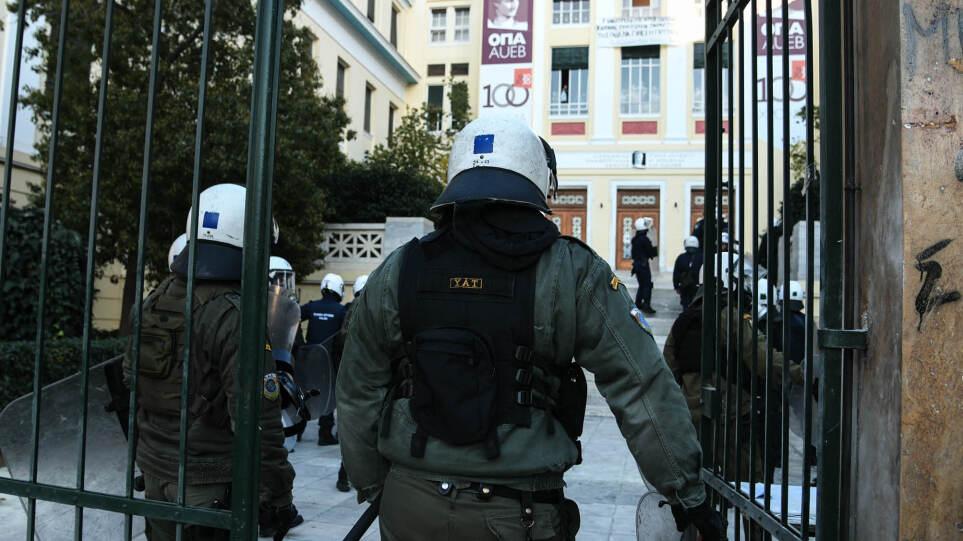 «Θωρακίζονται» τα ΑΕΙ: Με γκλομπ και σπρέι πιπεριού η Αστυνομία των Πανεπιστημίων