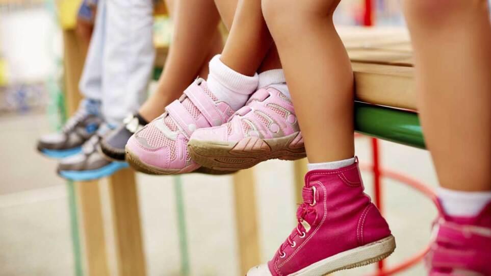 Crazy Feat: Δίνουν παπούτσια στα παιδιά που έχουν ανάγκη