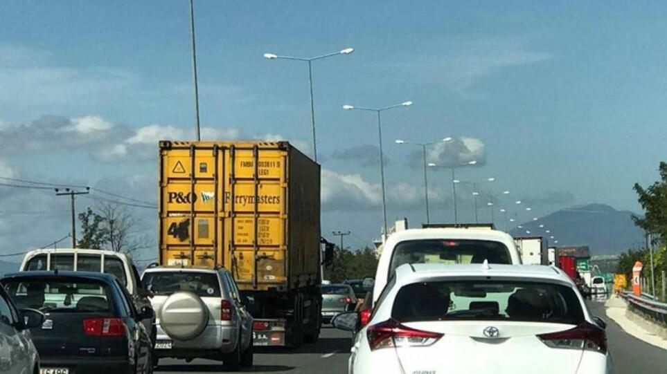 Κίνηση στους δρόμους: Πυρκαγιά σε φορτηγό στην Αθηνών – Λαμίας – Μποτιλιάρισμα στο ύψος της εξόδου για Κηφισιά