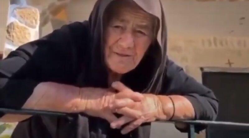 """82χρονη γιαγιά τα """"χώνει"""" στον Μητσoτάκη και γίνεται διάσημη στο Ελληνικό διαδίκτυο"""