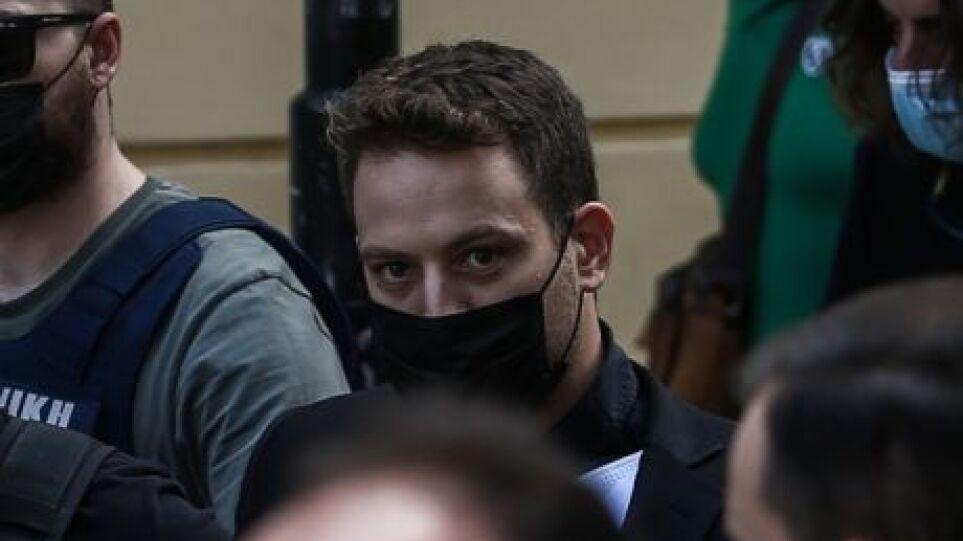 Νέες εικόνες από το δολοφόνο της Καρολάιν: Ανέκφραστος, τηλεφωνεί στους δικούς του