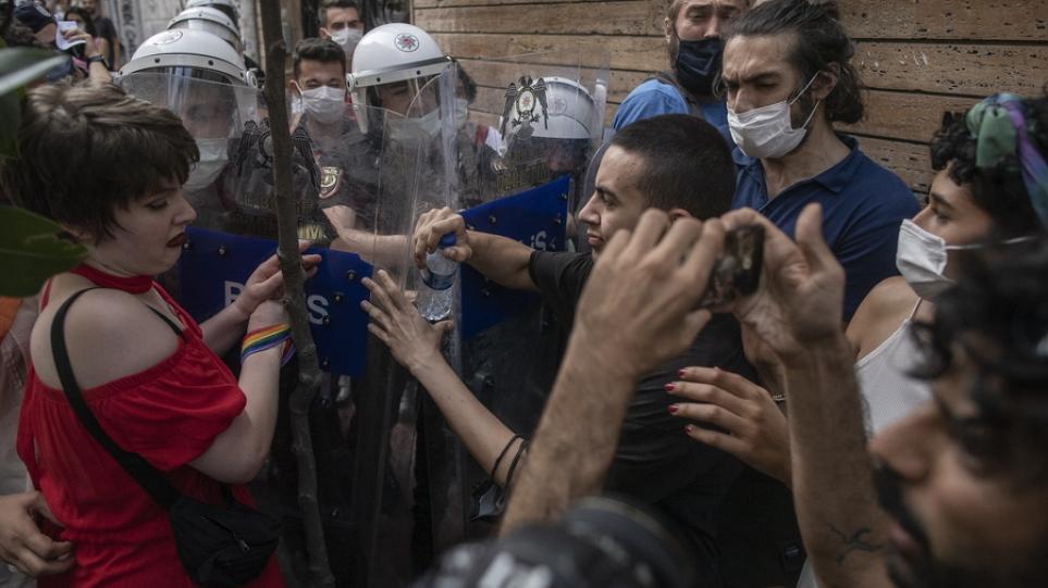 Κωνσταντινούπολη: Δακρυγόνα και συλλήψεις στην πορεία Pride που οργανώθηκε παρά την απαγόρευση
