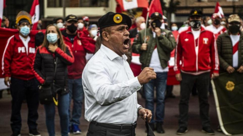 Περού: Απόστρατοι διαδηλώνουν εναντίον της «νοθείας» στις προεδρικές εκλογές – Δείτε βίντεο