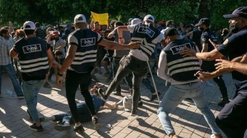 Τυνησία: Συνεχίζονται και επεκτείνονται οι διαδηλώσεις εναντίον της αστυνομικής βαρβαρότητας – Δείτε βίντεο