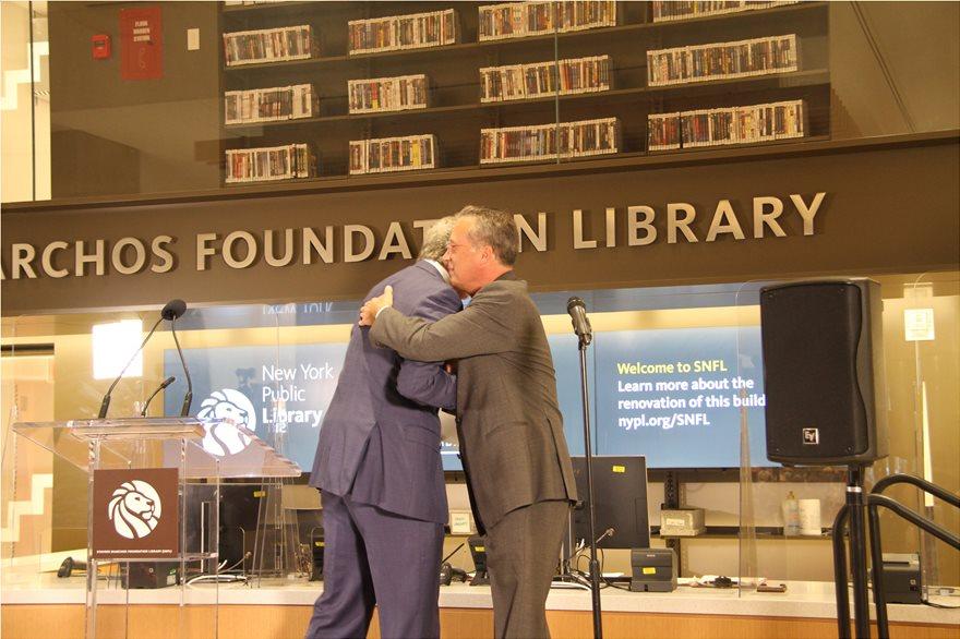 Ανοιχτή για το κοινό η βιβλιοθήκη του Ιδρύματος Σταύρος Νιάρχος στις ΗΠΑ – Στα εγκαίνια και ο δήμαρχος της Νέας Υόρκης