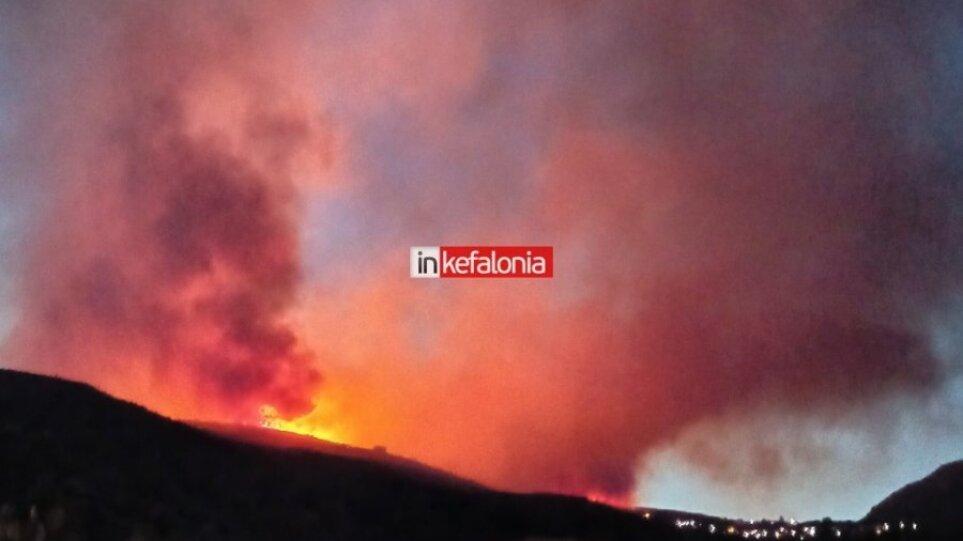 Κεφαλονιά: Εφιαλτική η νύχτα που πέρασε – Ενισχύονται οι πυροσβεστικές δυνάμεις