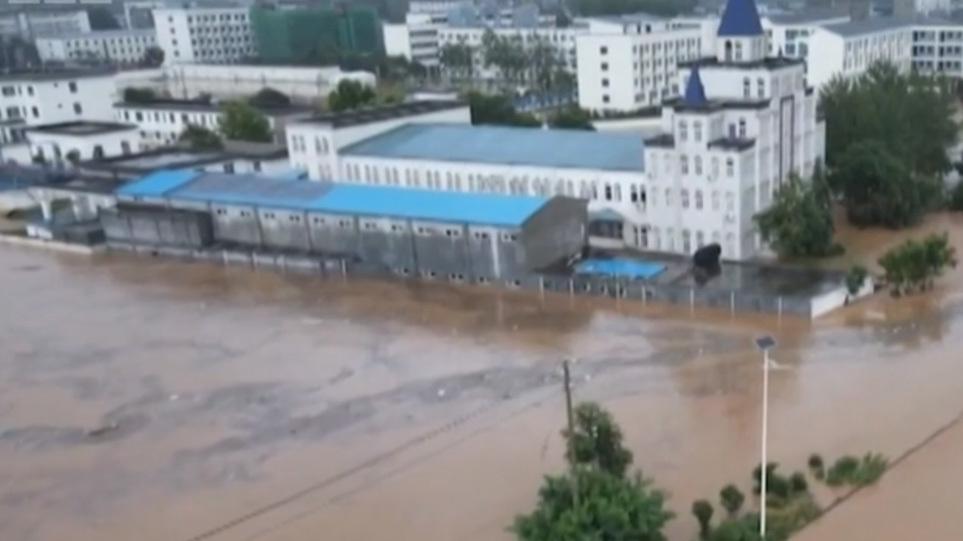 Μετά την Ευρώπη η Κίνα: Τουλάχιστον 12 νεκροί  και τεράστιες ζημιές από κατακλυσμιαίες βροχές – Δείτε βίντεο
