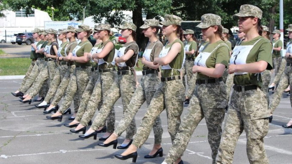 Ουκρανία: Θύελλα αντιδράσεων για τις στρατιωτίνες με τις γόβες