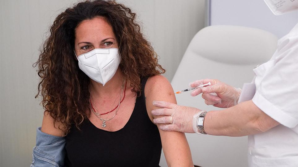 Κορωνοϊός: Έκρηξη κρουσμάτων – Αγώνας δρόμου για τα εμβόλια