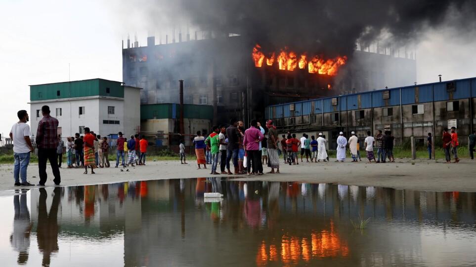 Μπαγκλαντές: Κατηγορούμενος για ανθρωποκτονία ο ιδιοκτήτης του εργοστασίου, που τυλίχθηκε στις φλόγες
