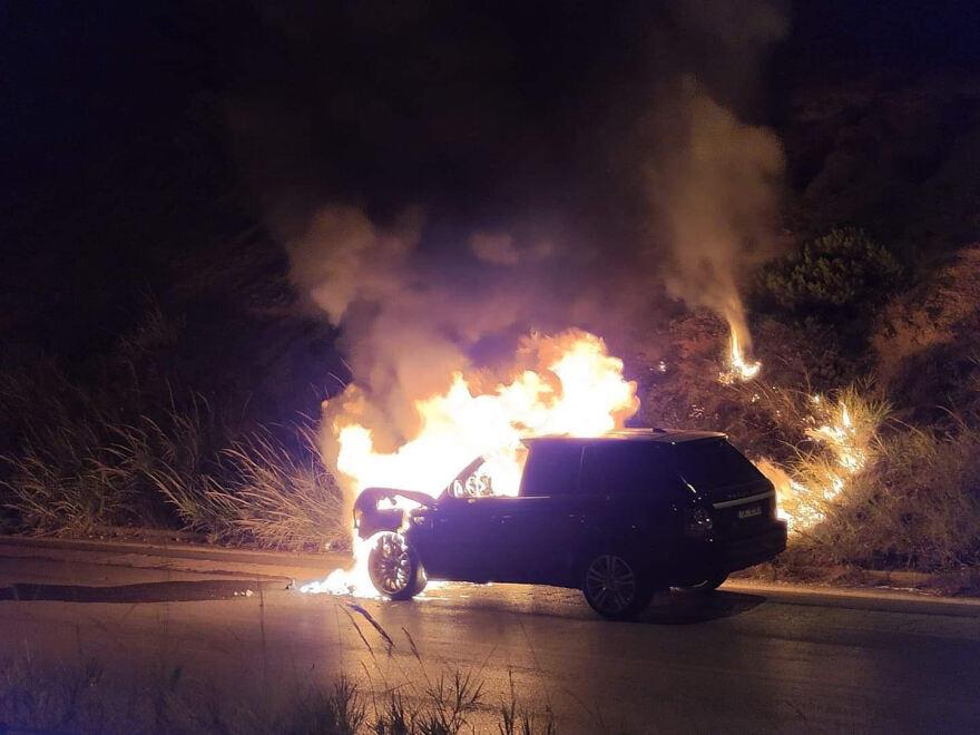 Εθνική οδός: Στις φλόγες υπερπολυτελές αυτοκίνητο