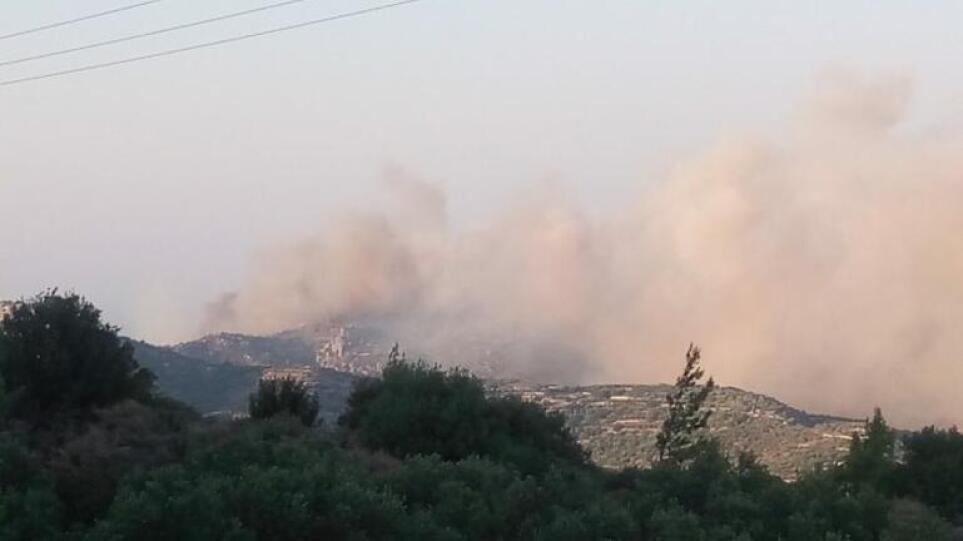 Κρήτη: Μεγάλη φωτιά στο δάσος της Πρίνας στο Λασίθι – «Σηκώθηκε» ελικόπτερο