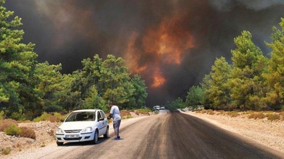 Συναγερμός στην Τουρκία: Μεγάλη φωτιά στην Αττάλεια