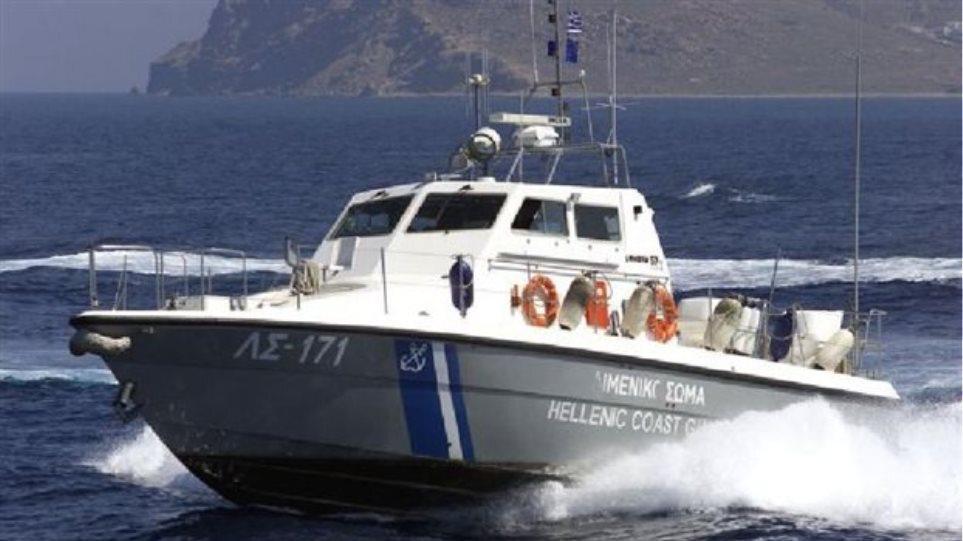 Νάξος: Τουριστικό σκάφος με 34 επιβαίνοντες προσάραξε σε βραχώδη περιοχή