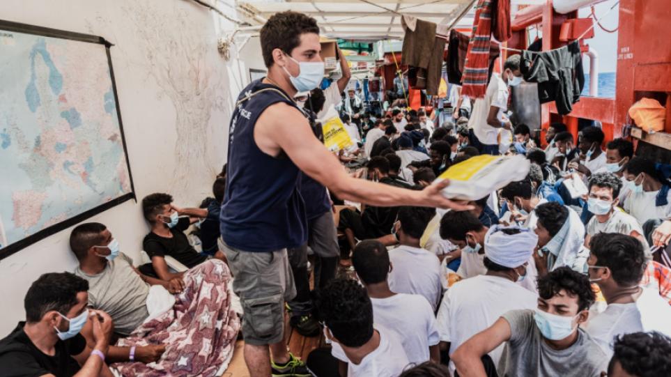 Ιταλία: Το Ocean Viking πήρε άδεια να αποβιβάσει στη Σικελία τους 572 μετανάστες που διέσωσε στη Μεσόγειο – Δείτε βίντεο