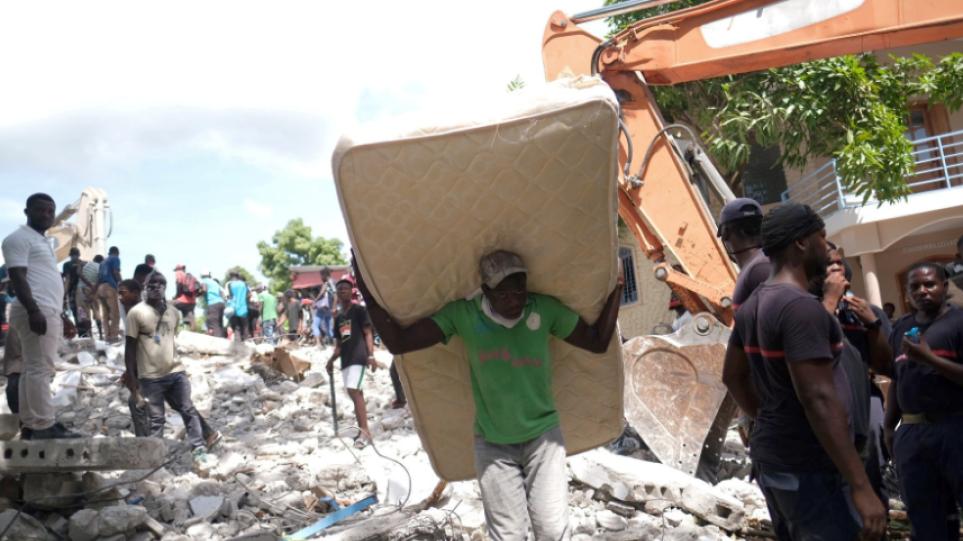 Σεισμός στην Αϊτή: Ο αριθμός των νεκρών αυξήθηκε στους 1.419 και οι τραυματίες ξεπέρασαν τους 6.000